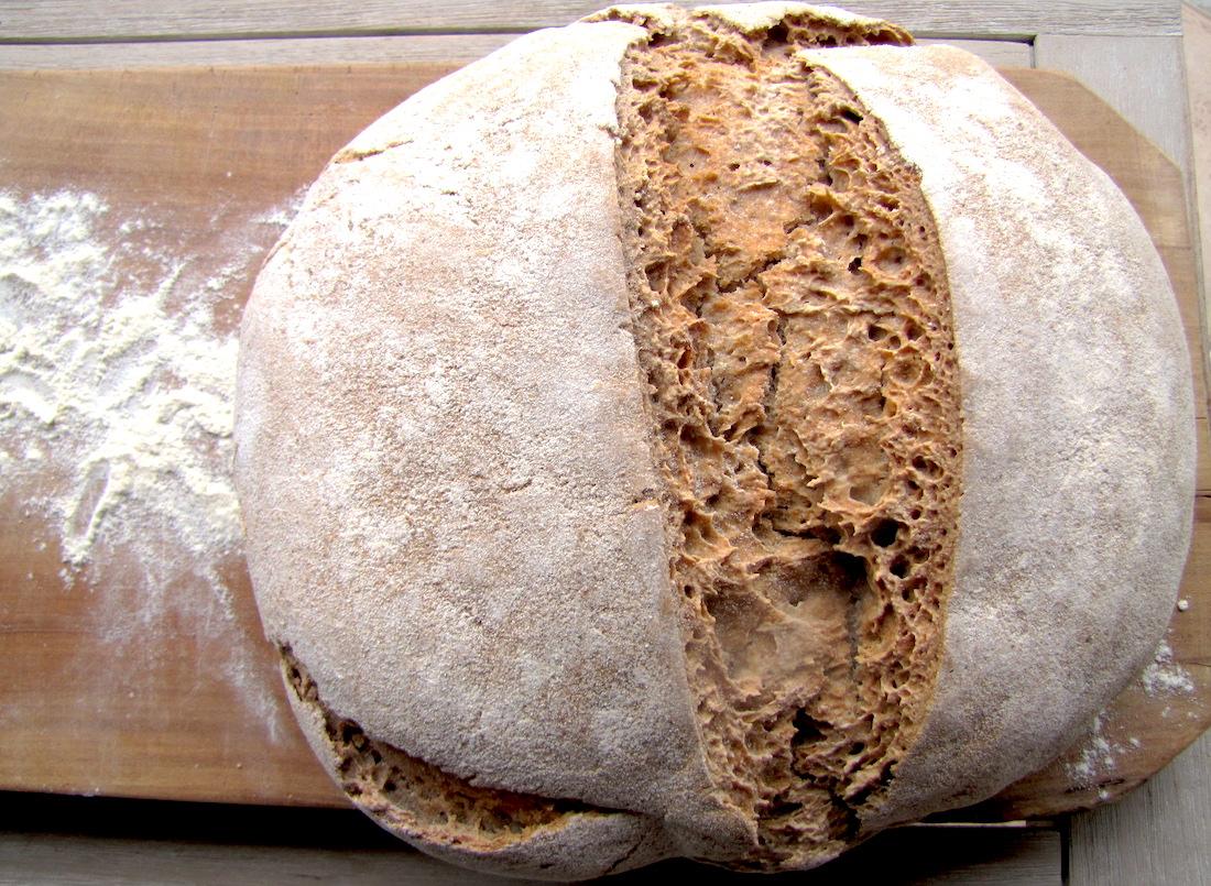 Pane fatto in casa con pasta madre. Pane di grani antichi