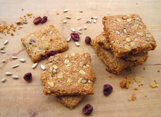 Biscotto TVTB al mirtillo rosso, semi di girasole e avena. Integrale di grano antico macinato a pietra. Prodotto artigianale