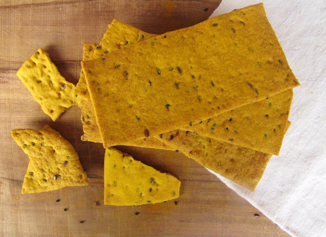 Crackers leggermente salati e artigianali, grano antico alla curcuma e sesamo nero.