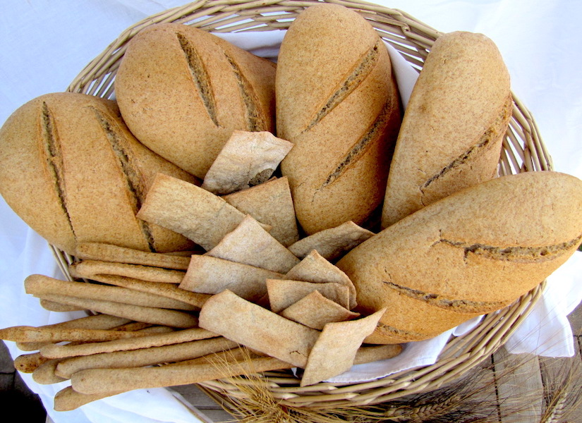 prodotti di panetteria: pane, grissini, crackers di grano antico